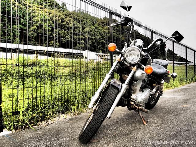 オートバイと太陽光発電のヤギ