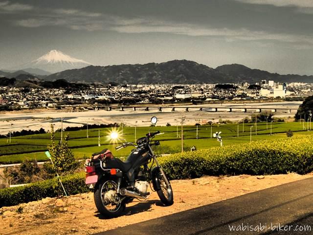 富士山と茶畑とバイクのある風景