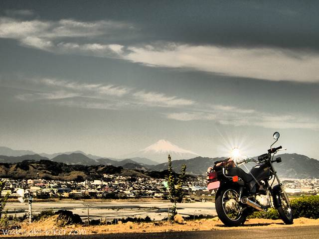 富士山とミラーの太陽とオートバイ