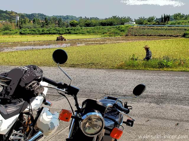 田植え前の田んぼとオートバイ