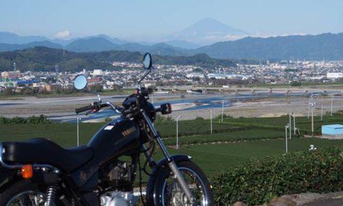オートバイと茶畑と富士山