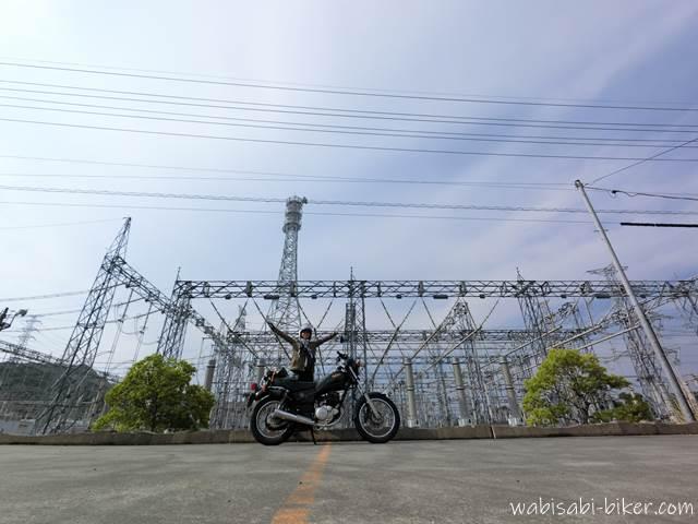 変電所とオートバイと女性ライダー