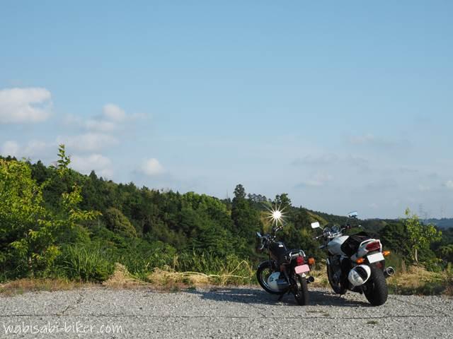 里山カフェの駐車場に停めたオートバイ