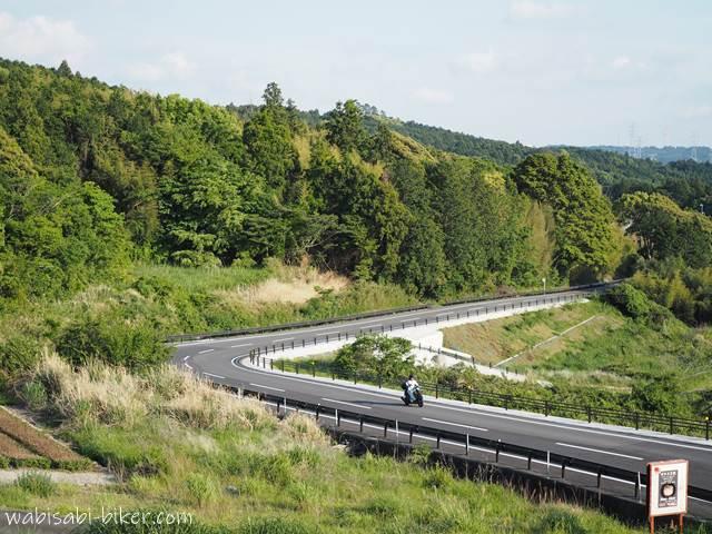 山道を走るバイク