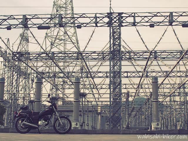 変電所とオートバイ