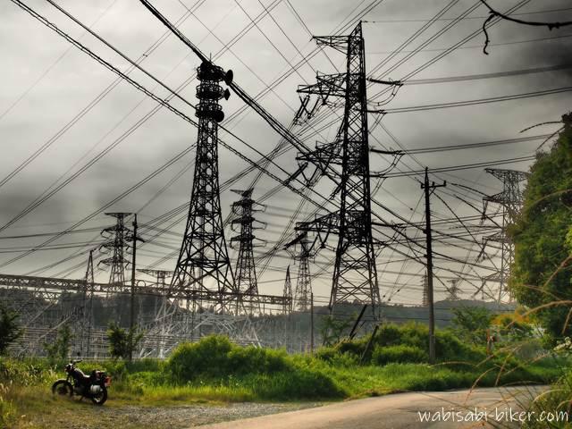 変電所とバイクのある風景