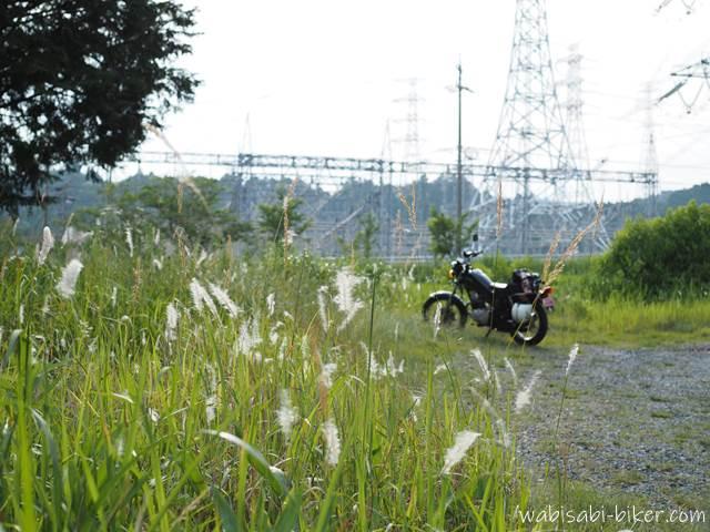 チガヤとバイクのある風景
