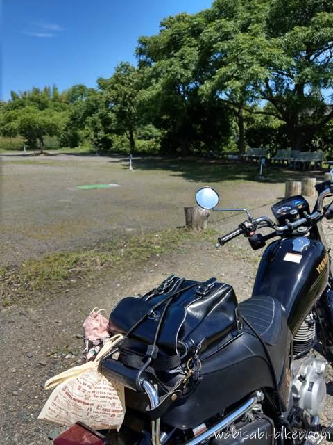 レジ袋を括り付けたオートバイ