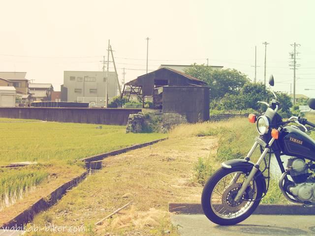 養鰻池跡の田んぼとオートバイ