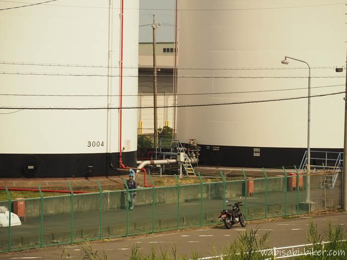 バイクと巨大タンクと作業員