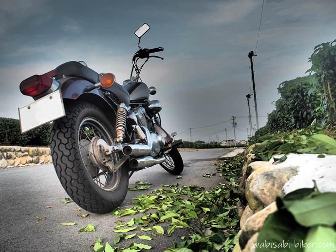 オートバイと刈られたお茶っ葉