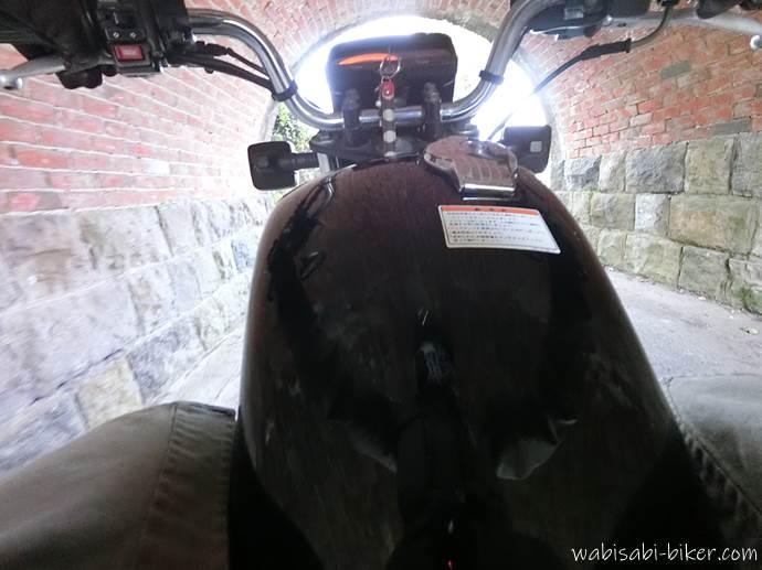 バイクでトンネル通過中