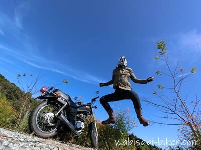 バイクとジャンピング自撮り