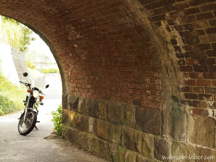 小さなトンネルとバイク