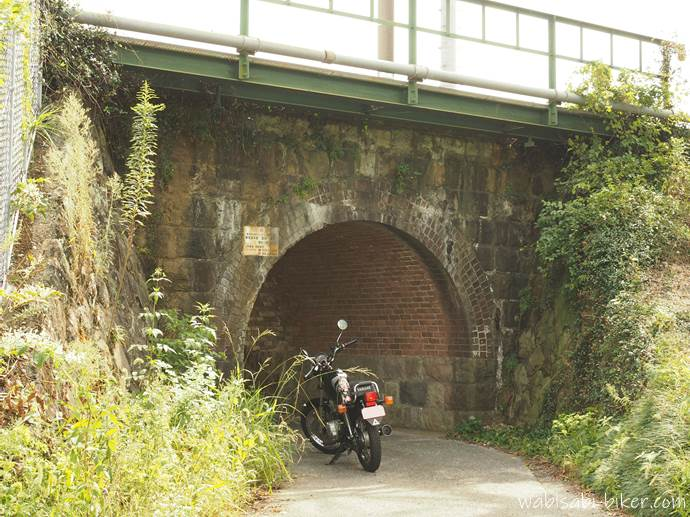 橋詰川橋梁とオートバイ