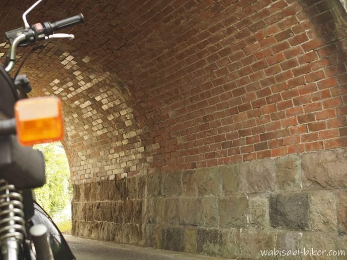 トンネルのレンガとバイク