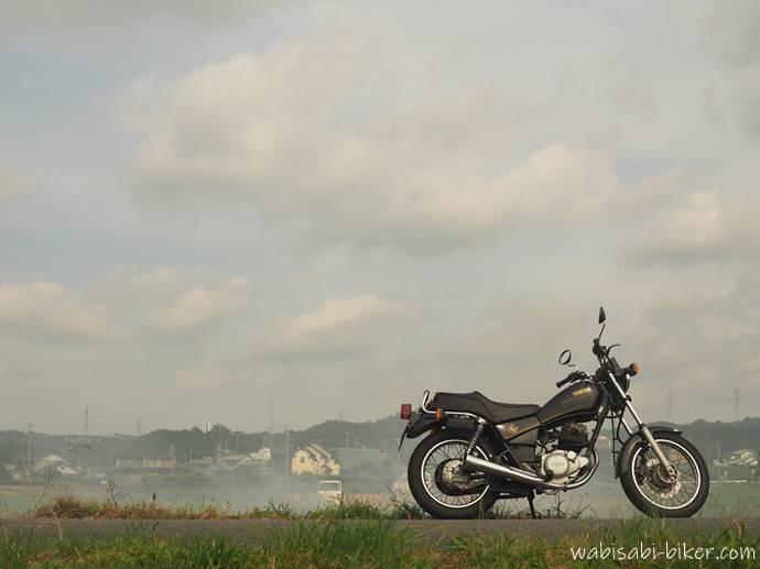稲わら焼きの煙とオートバイ
