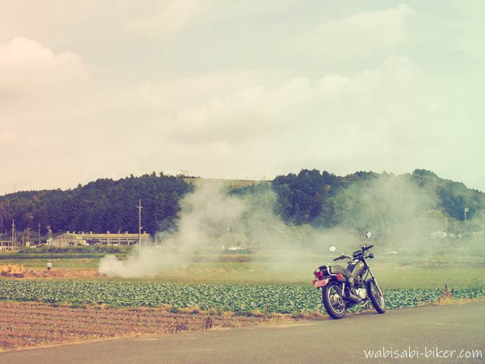 煙とバイク 稲わら焼き
