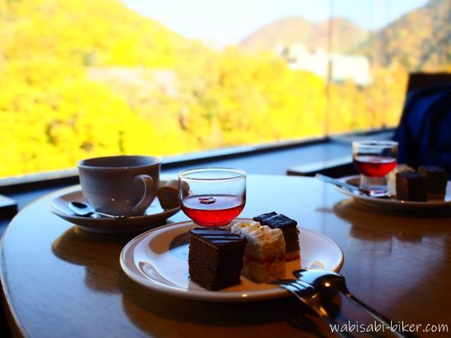 章月グランドホテル ラウンジからの紅葉とケーキ