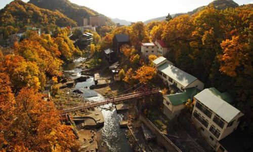 定山渓大橋からの紅葉と温泉街
