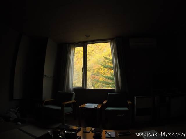 温泉宿からの黄葉