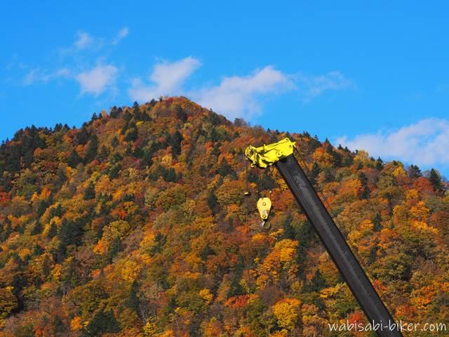 定山渓の紅葉とクレーン