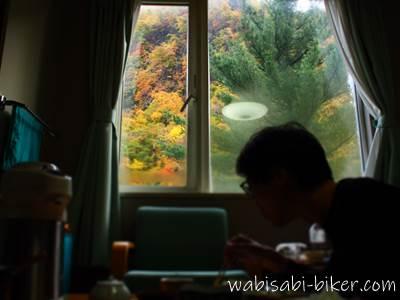 温泉宿からの紅葉