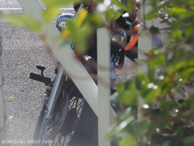 喫茶店から見るバイク