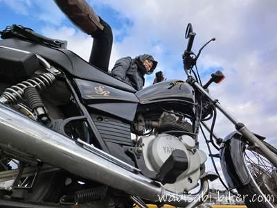 バイクと足上げ自撮り