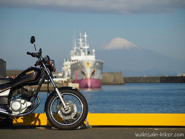 オートバイと船と富士山