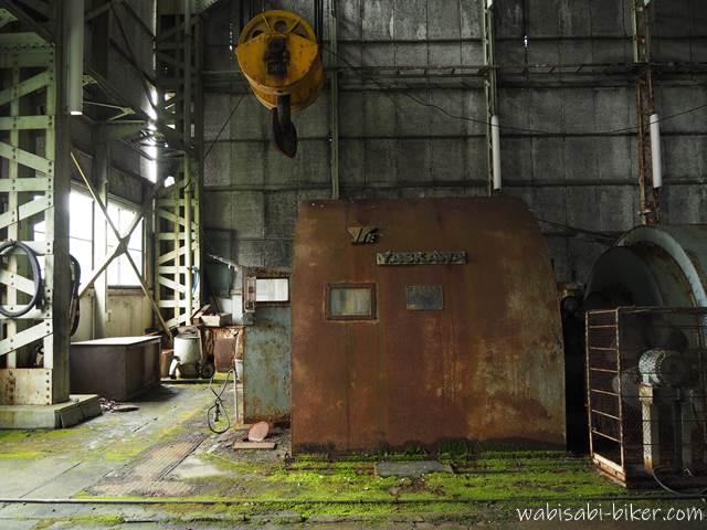 旧住友赤平炭鉱立坑櫓 建屋内部の機械と苔