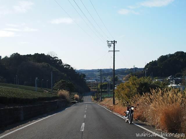 真っ直ぐな田舎道とオートバイ