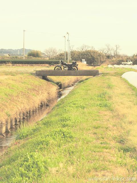 小さな橋とオートバイ