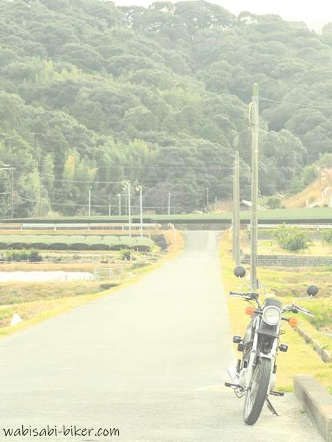 畑道沿い道とオートバイ