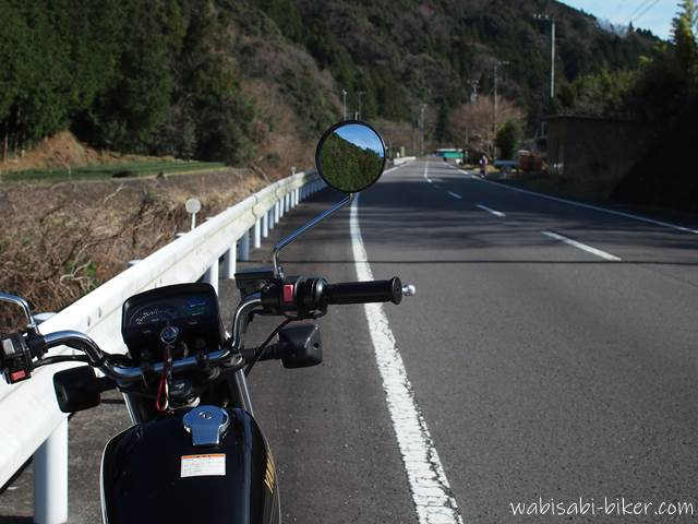 オートバイと田舎道