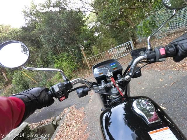 小道を走るバイク