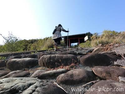 石の階段を上る参拝者