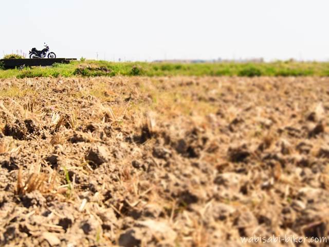 耕された畑、土とバイク