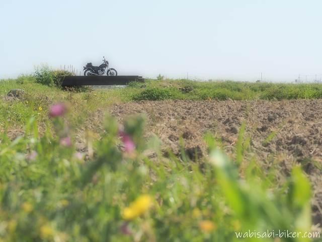 耕された春の畑とオートバイ