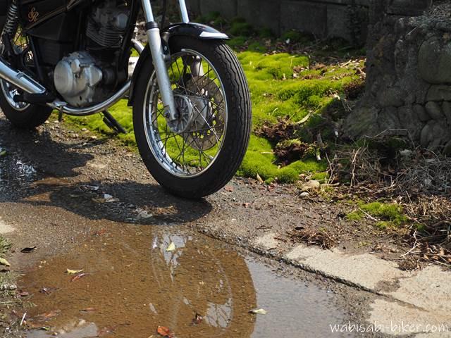 水たまりとバイクと苔