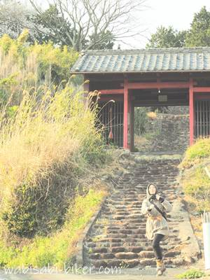 寺の参道で自撮り