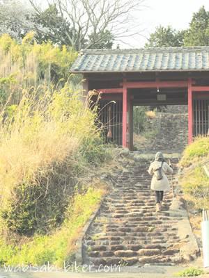 寺の参道を歩く参拝者