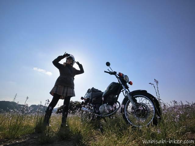 オートバイと野花と女性ライダー