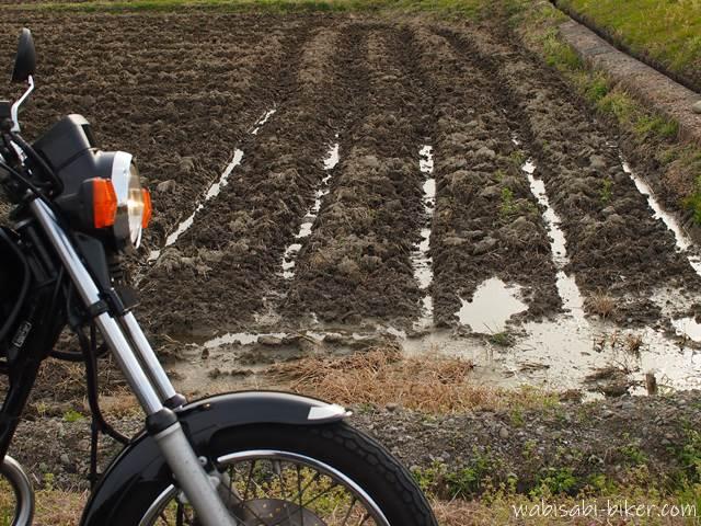 耕された畑とバイク