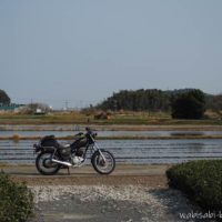 水を張った田んぼとオートバイ