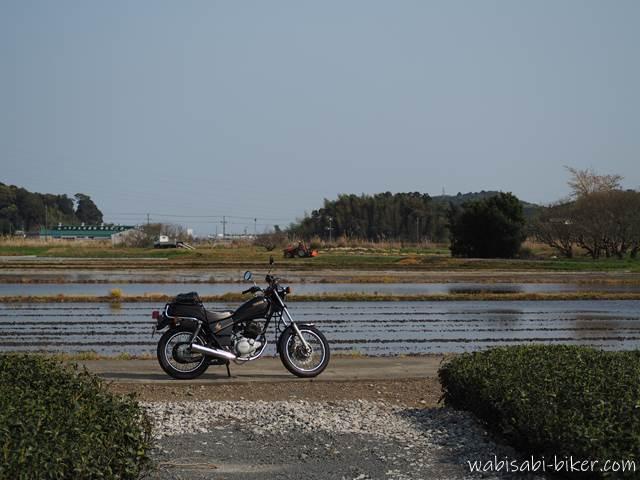水を張った田んぼとバイク