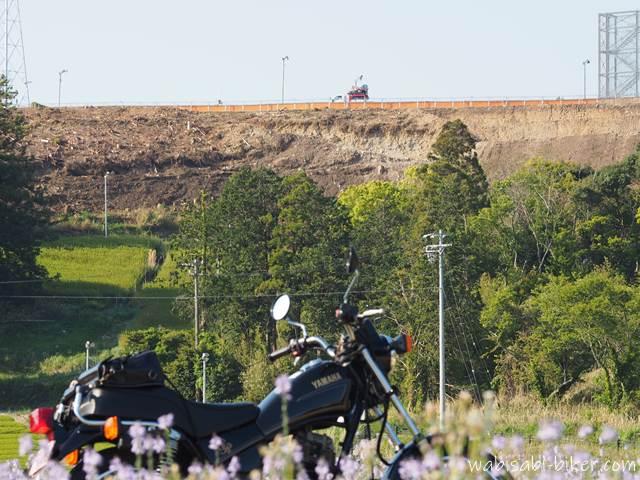 バイクとお茶刈機を乗せた軽トラが走る高台