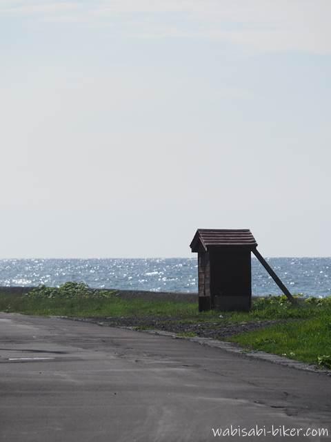 増毛町の海岸沿いの小さな小屋