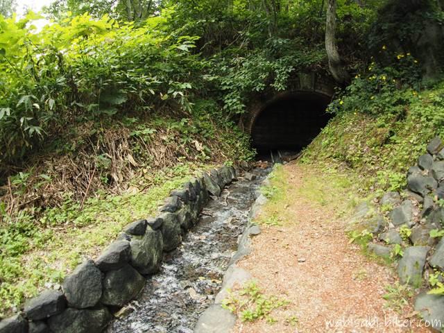 旧錦坑坑口から流れる水
