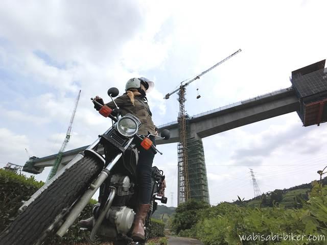 工事中の橋と女性ライダー